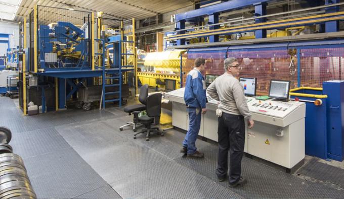 blau gelbe maschinen mit 2 mitarbeitern