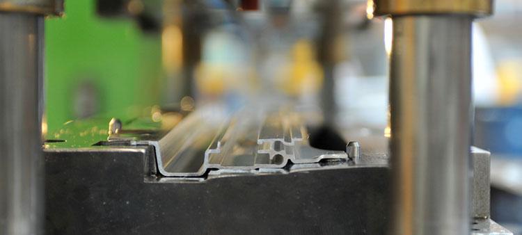 Prägen eines Aluminiumprofils bei apt
