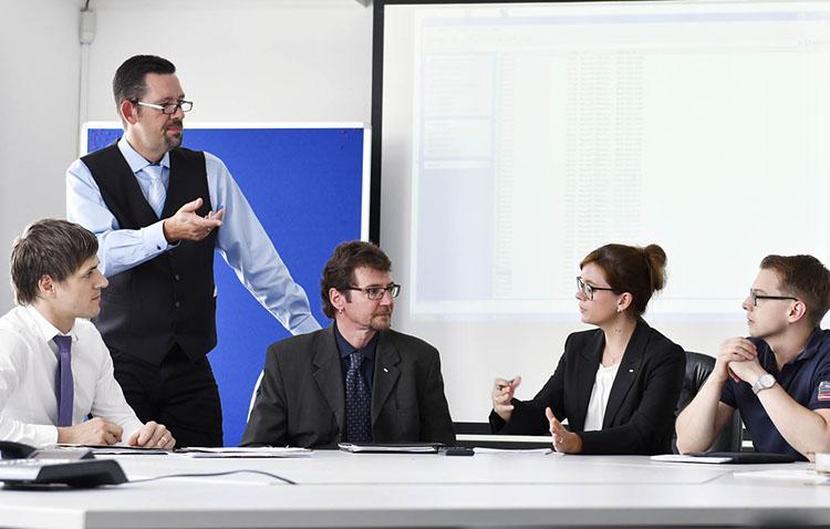 Besprechung Mitarbeiter am Tisch