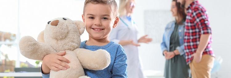 Kleinkind  mit beigem Teddybär