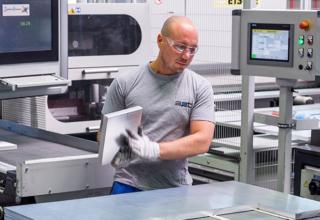 Mitarbeiter bei Weiterverarbeitung von Aluminium