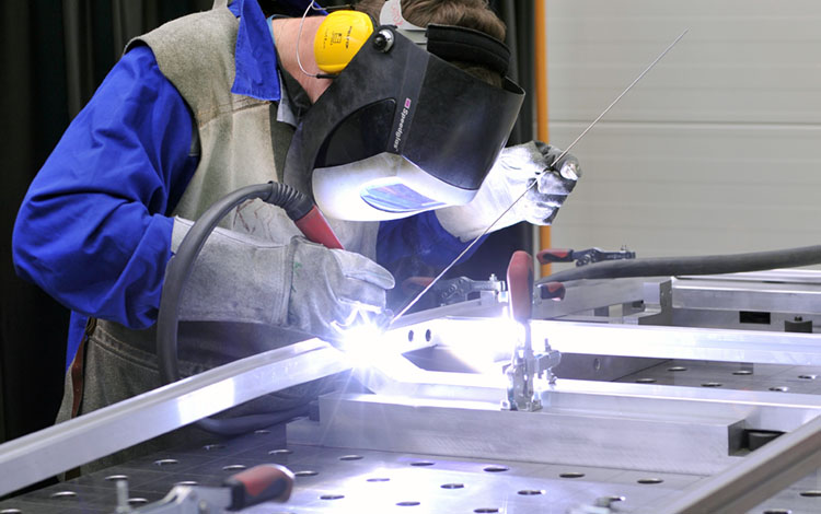 mitarbeiter mit gesichtsschutz weiterverarbeitung aluminium