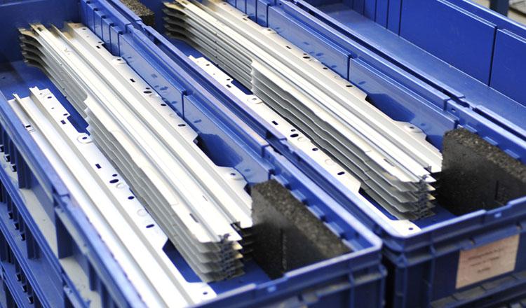 Aluminiumstangen in blauen Kartons