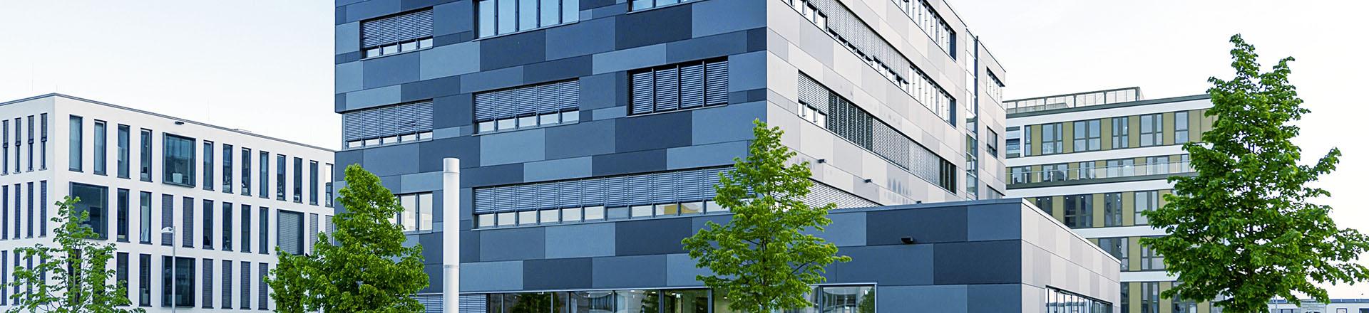 Außenansicht Gebäude mit blauen Kacheln